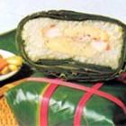 Bánh chưng là một loại bánh truyền thống của dân tộc Việt nhằm thể hiện lòng biết ơn của con cháu đối với cha ông và đất trời xứ sở. Nguyên liệu làm bánh chưng gồm gạo nếp, đậu xanh, thịt lợn, lá dong và bánh thường được làm vào các dịp Tết cổ truyền của dân tộc Việt, cũng như ngày giổ tổ Hùng Vương) (mùng 10 tháng 3 âm lịch). Lá dong: rửa từng lá thật sạch hai mặt và lau thật khô. Rửa càng sạch bánh càng đỡ bị mốc về sau. Trước khi, gói lá dong được người gói bánh dùng dao bài mài thật sắc (loại dao nhỏ chuyên dùng để gọt) cắt lột bỏ bớt cuộng dọc sống lưng lá để lá bớt cứng, để ráo nước (nếu lá quá giòn có thể hấp một chút để lá mềm dễ gói). Một số vùng vẫn hay dùng lá chuối, trước khi gói nhúng nước sôi để dẻo. Lau thật khô trên lá, cắt cạnh nhỏ vừa gói bánh. Gạo nếp: nhặt loại bỏ hết những hạt gạo khác lẫn vào, vo sạch, ngâm gạo ngập trong nước cùng 0,3% muối trong thời gian khoảng 12-14 giờ tùy loại gạo và tùy thời tiết, sau đó vớt ra để ráo. Có thể xóc với muối sau khi ngâm gạo thay vì ngâm nước muối. Đỗ xanh: Giã nhuyễn, ngâm nước ấm 40° trong 2 giờ cho mềm và nở, đãi bỏ hết vỏ, vớt ra để ráo. Nhiều nơi dùng đỗ hạt đã đãi vỏ trong khi những nơi khác cho vào chõ đồ chín, mang ra dùng đũa cả đánh thật tơi đều mịn và sau đó chia ra theo từng nắm, mỗi chiếc bánh chưng được gói với hai nắm đậu xanh nhỏ. Cũng có một số nơi nhét sẵn thịt lợn vào giữa nắm đỗ. Thịt lợn: Thịt heo đem rửa để ráo, cắt thịt thành từng miếng cỡ từ 2,5 đến 3 cm sau đó ướp với hành tím xắt mỏng, muối tiêu hoặc bột ngọt để khoảng hai giờ cho thịt ngấm. Khâu chuẩn bị nguyên liệu, vật liệu cho bánh chưng đặc biệt quan trọng để bánh có thể bảo quản được lâu dài không ôi thiu hay bị mốc. Thịt ướp dùng nước mắm, vo nếp không sạch, đãi đậu không kỹ hay rửa lá còn bẩn, không lau khô lá trước khi gói đều có thể khiến thành phẩm chóng hỏng.  GÍA THÀNH DAO ĐỘNG TỪ 25000 ĐẾN 70000 TÙY THEO NHU CẤU CỦA KHÁCH HÀNG. MỌI THÔNG TIN XIN LIÊN HỆ:0936548585 HOẶC 0977952162   Read more: http://www.hangxin.com.vn